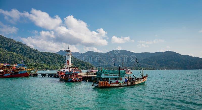 Маяк на пристани Bao челки на острове Chang Koh в Таиланде стоковое изображение rf