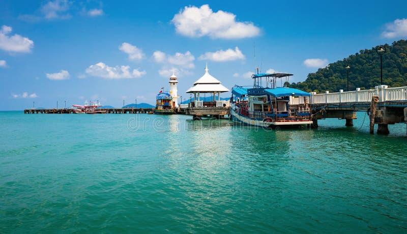 Маяк на пристани Bao челки на острове Chang Koh в Таиланде стоковая фотография rf