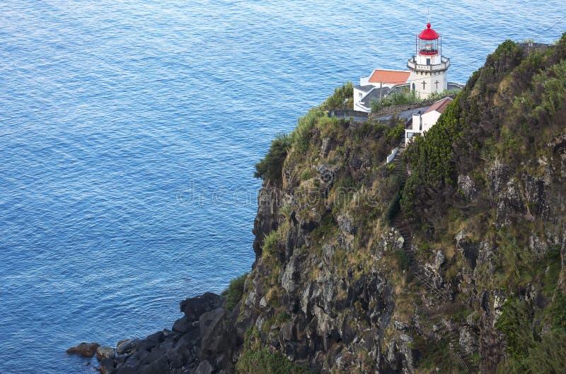 Маяк на Ponta делает Arnel, Nordeste, остров Мигеля Sao, острова Азорских островов, Португалию стоковые изображения