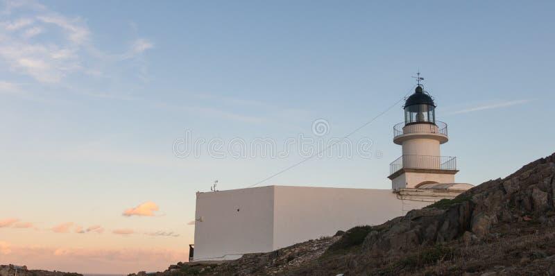 Маяк природного парка de Creus крышки, самого западного пункта Испании, куда солнце сперва поднимает стоковая фотография rf
