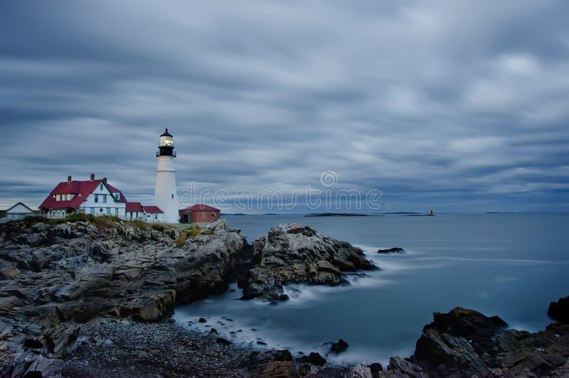 Маяк, пляж, ноча, сумрак, долгая выдержка, пока темнота, бурный, тревоженая, океан, США, Мейн, Портленд, волны, горизонт, вода, r стоковые фотографии rf