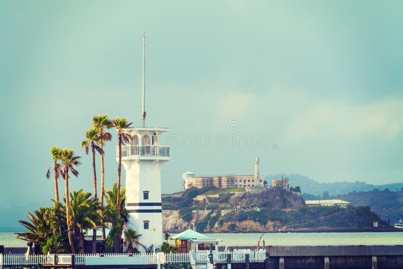 Маяк с Алькатрасом на заднем плане стоковые фотографии rf