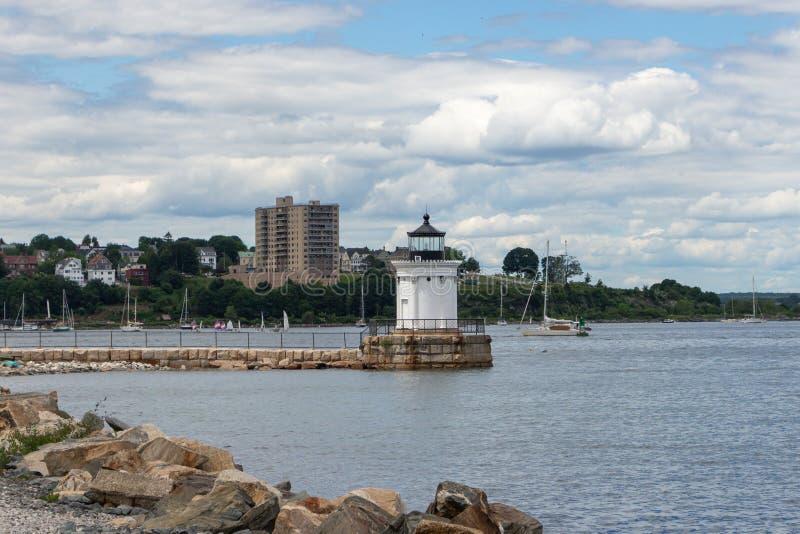 Маяк с городским пейзажем в предпосылке стоковое фото rf
