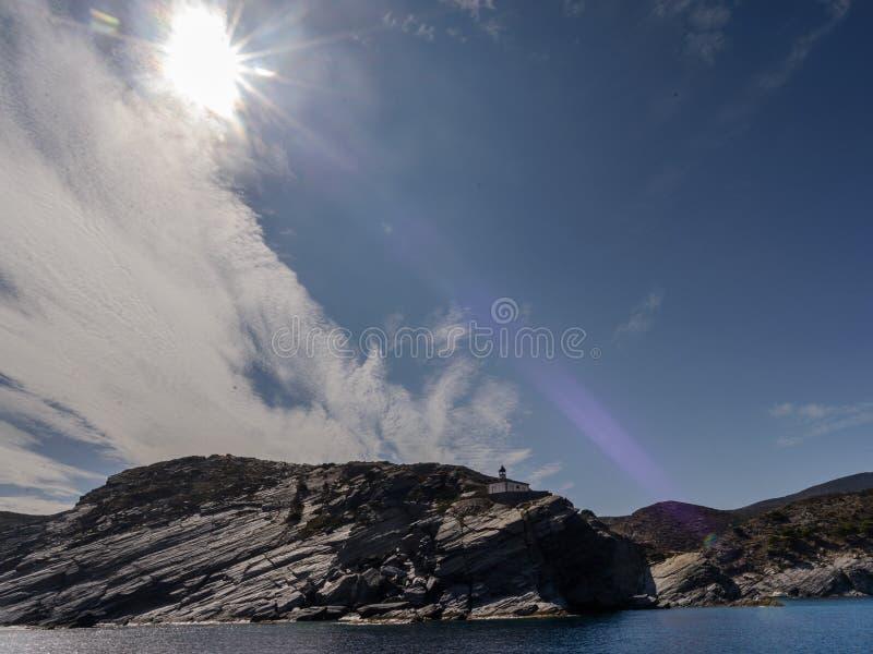 Маяк Cala Nans, на южной оконечности залива Cadaques, Emporia, Коста Brava Каталония r стоковое изображение rf