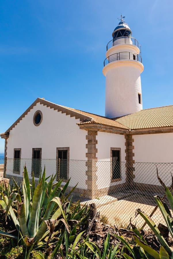 Маяк Capdepera расположенный на самый восточный этап Мальорка, одного из самых символических маяков на острове стоковые фотографии rf