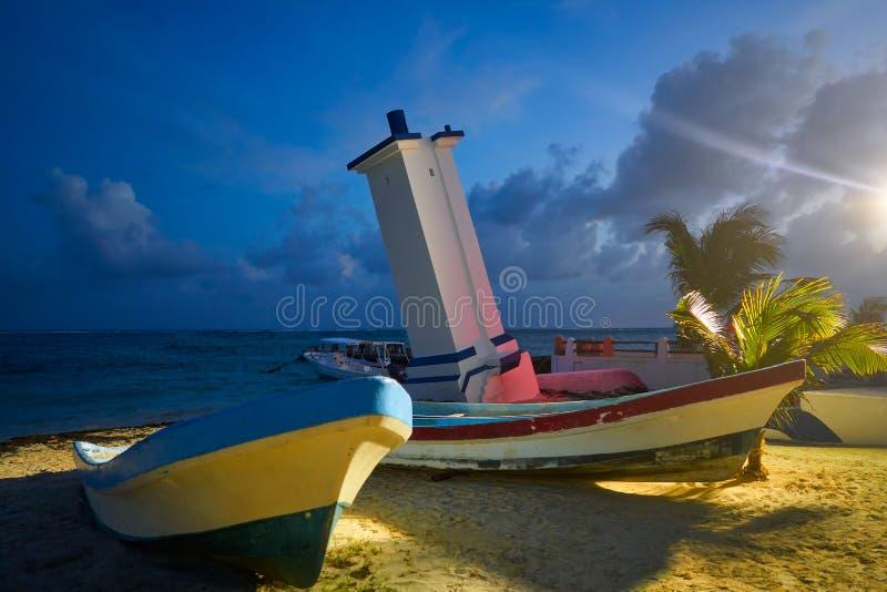 Маяк Puerto Morelos согнутый заходом солнца стоковые фотографии rf