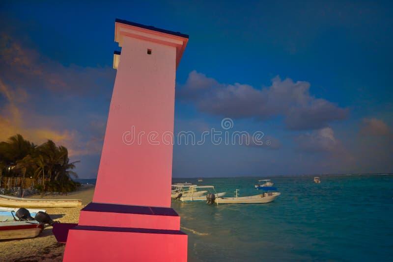 Маяк Puerto Morelos согнутый заходом солнца стоковое фото rf