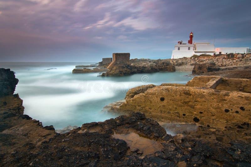 Маяк Raso накидки в Cascais Португалии стоковые фото