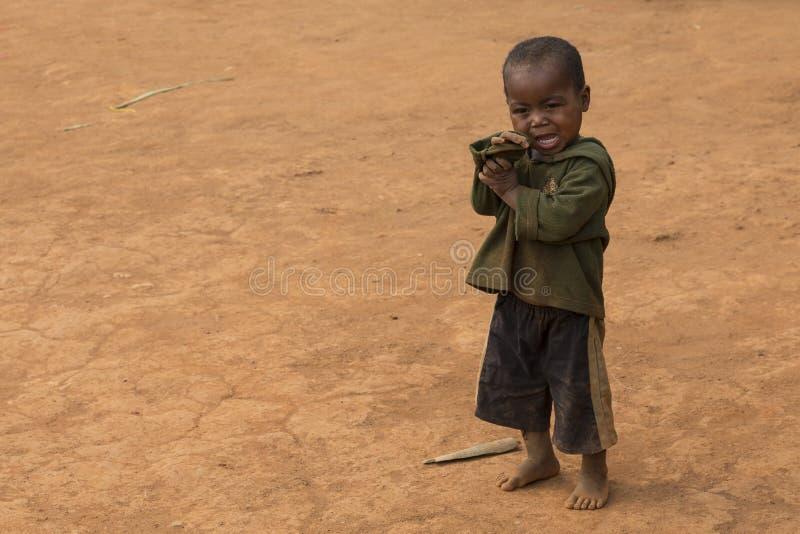 Малагасийский ребенк изолированный на пылевоздушной предпосылке стоковое фото