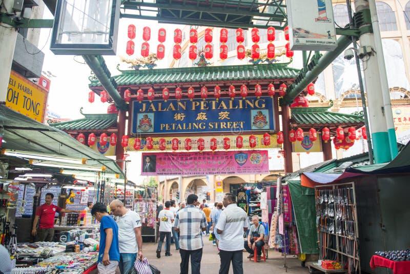 Малайзия - 12-ое февраля 2017:: Торговая улица Jalan Petaling стоковое фото