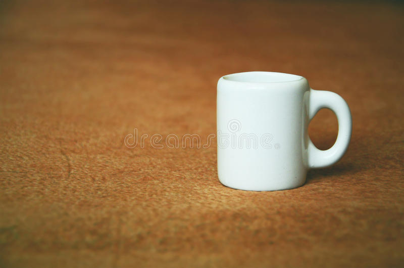 Малая белая чашка стоковая фотография rf