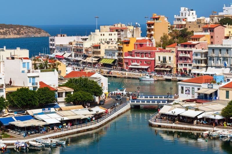 Малая гавань с причаленными рыбацкими лодками на городке Aghios Nikolaos на острове Крита, Греции стоковое фото