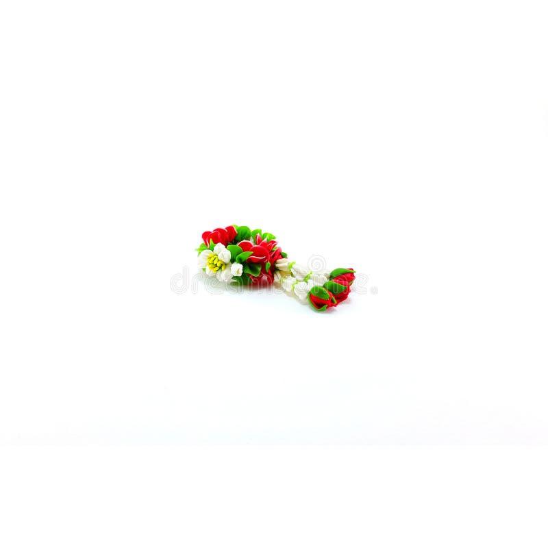 Малая гирлянда глины полимера цветков на белой предпосылке стоковое изображение rf