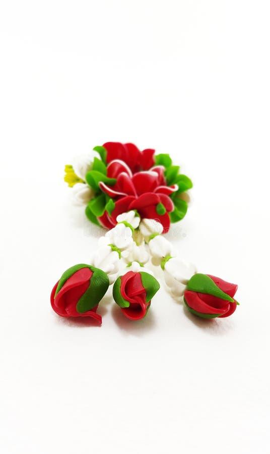 Малая гирлянда глины полимера цветков на белой предпосылке; Selec стоковое фото