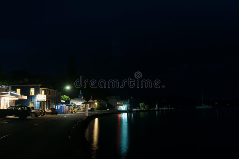 Малая главная улица прибрежного города Новой Зеландии на сумраке, Mangonui стоковое фото rf