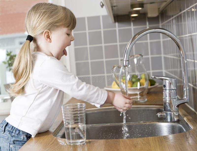 Малая девушка в кухне стоковое фото rf