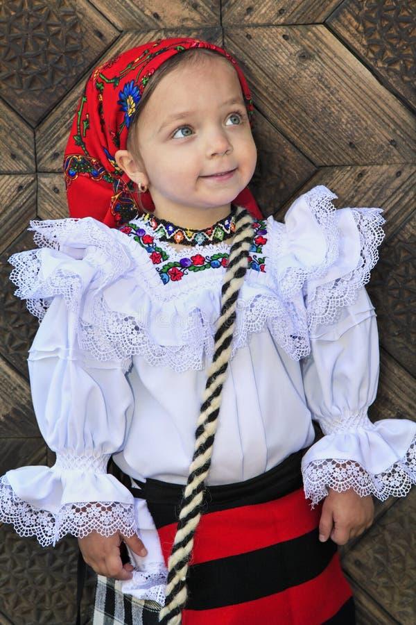 Малая девушка нося румынские традиционные одежды стоковое изображение rf