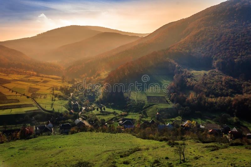 Малая деревня на ноге горы стоковые изображения