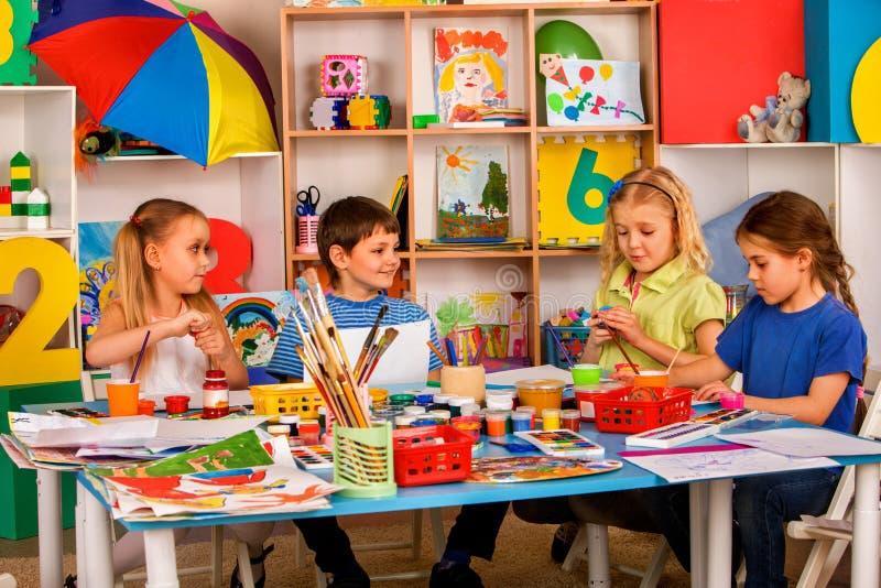 Малая картина девушки студентов в классе художественного училища стоковая фотография