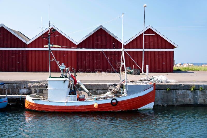 Малая, красная рыбацкая лодка стоковые фотографии rf