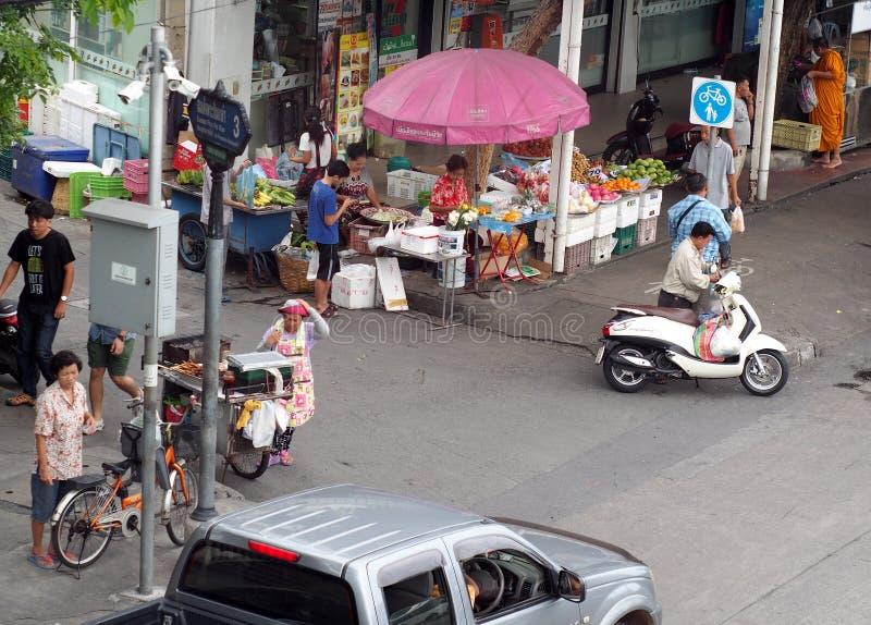 Малая дорога к сцене обычной жизни угла соединения главной улицы в БАНГКОКЕ, ТАИЛАНДЕ стоковые фото