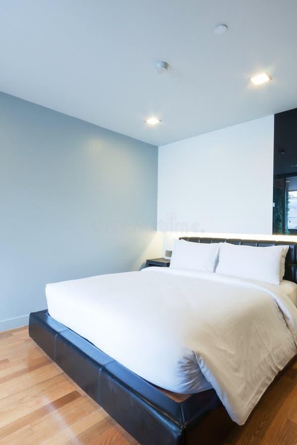 Download Малая спальня стоковое изображение. изображение насчитывающей шкаф - 33739283