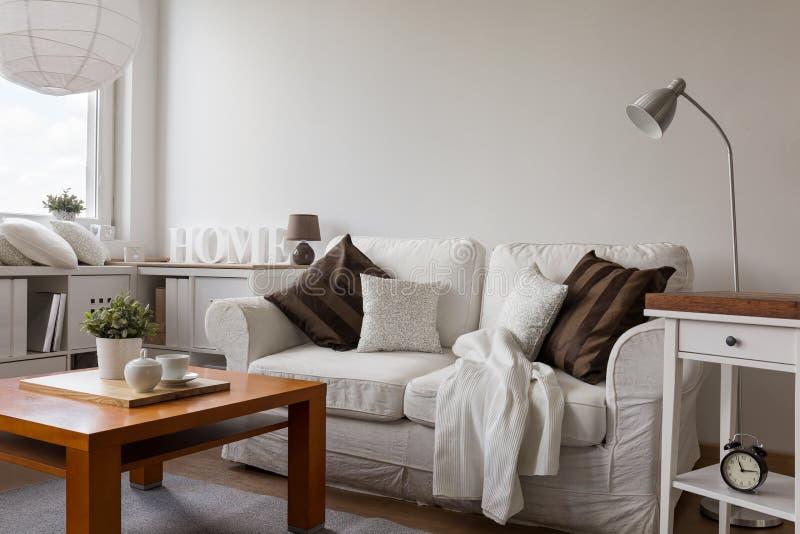 Малая уютная живущая комната стоковое фото rf