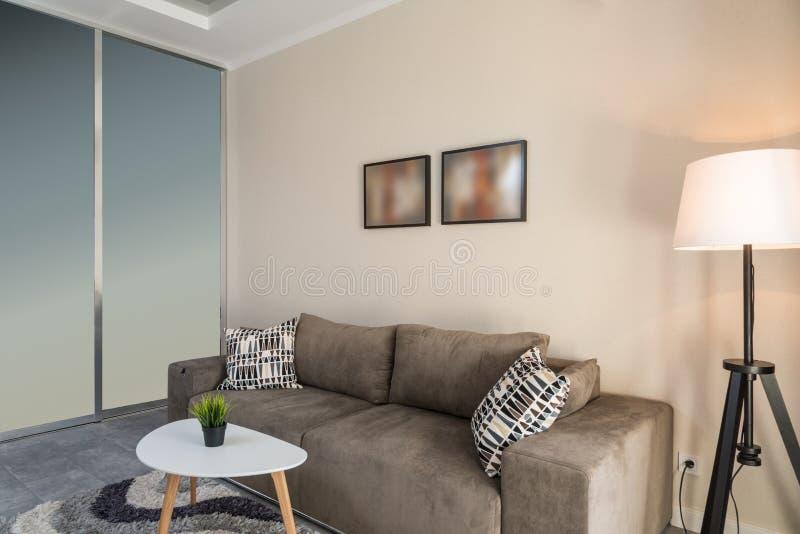 Малая уютная живущая комната стоковая фотография