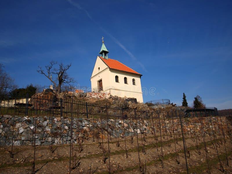 Малая церковь на холме стоковые фотографии rf