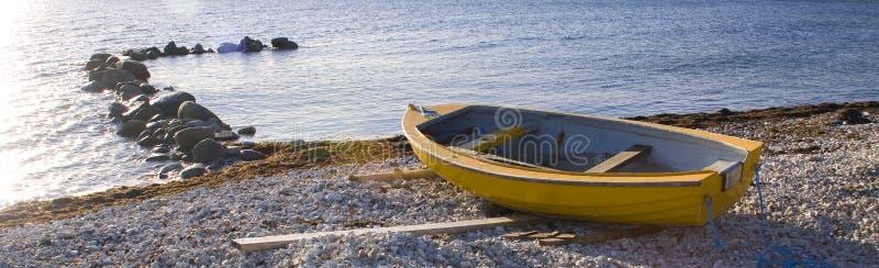Малая шлюпка строки кладя на Pebble Beach стоковые изображения
