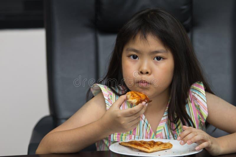 Еда девушок. стоковое фото