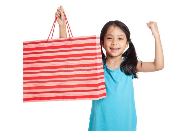 Маленькая азиатская девушка с хозяйственной сумкой стоковая фотография