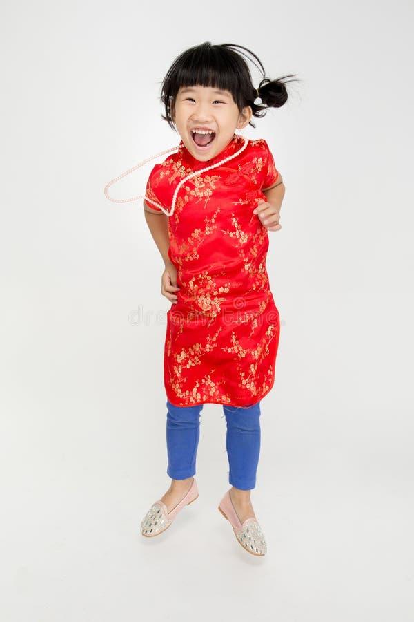 Маленькая азиатская милая девушка в костюме китайца стоковые изображения