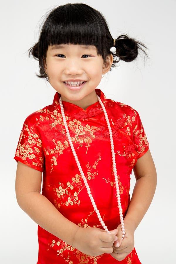 Маленькая азиатская милая девушка в костюме китайца стоковое фото rf