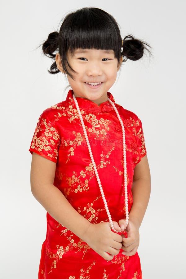Маленькая азиатская милая девушка в костюме китайца стоковое изображение rf