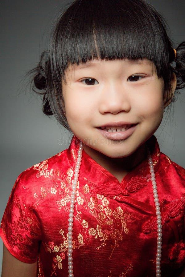 Маленькая азиатская милая девушка в костюме китайца стоковое изображение