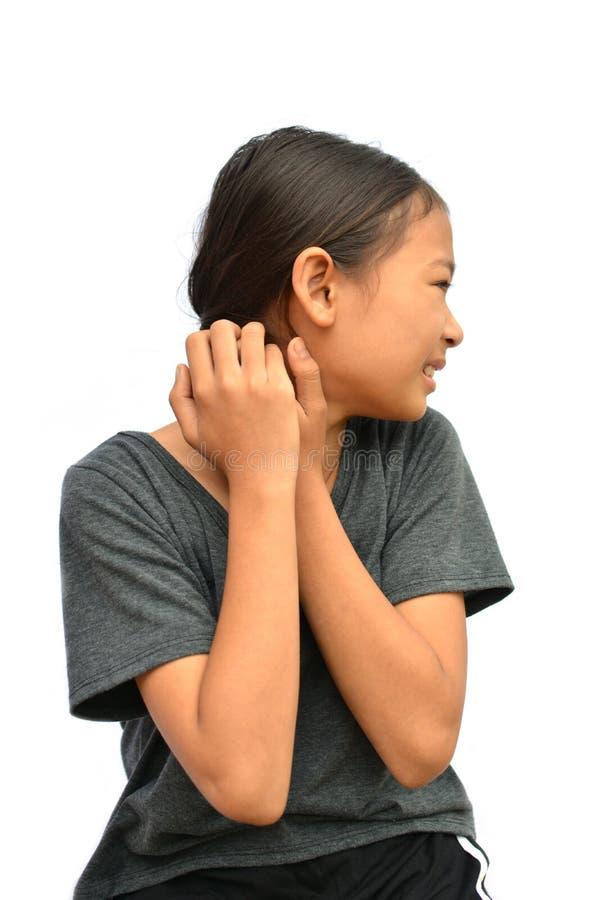 Маленькая азиатская рука зуда царапины девушки на белизне стоковые изображения rf