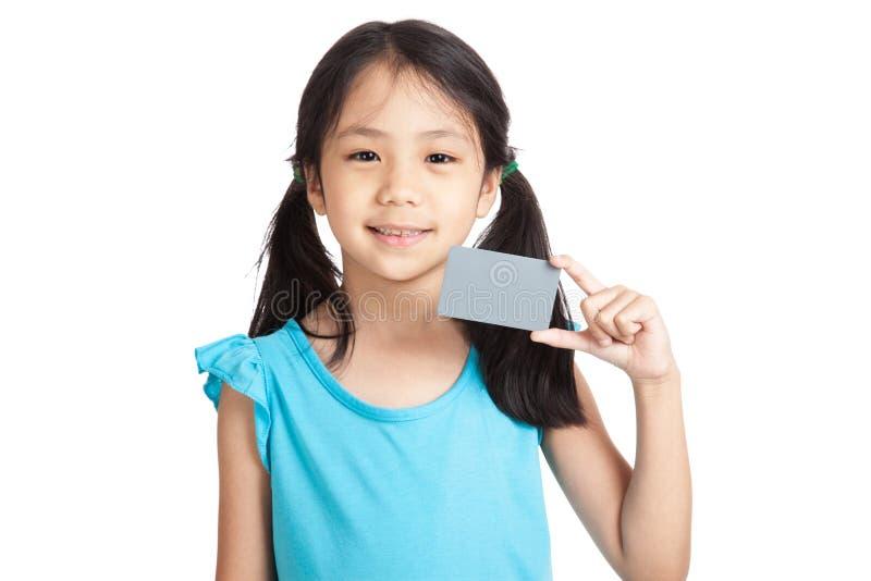 Маленькая азиатская улыбка девушки с пустой серой карточкой стоковые изображения rf