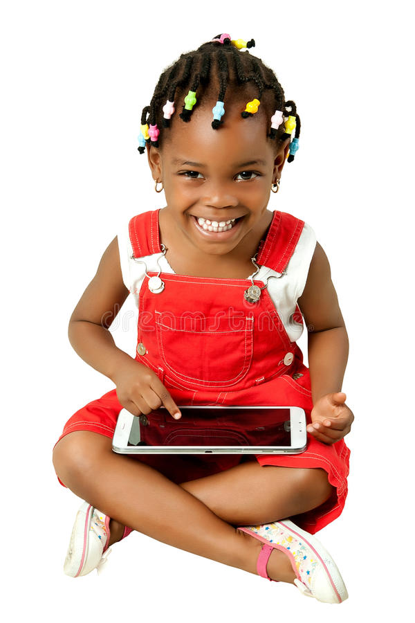 Маленькая Афро-американская девушка используя ПК таблетки стоковые фотографии rf