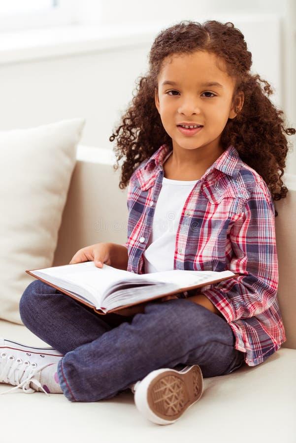 Маленькая Афро-американская девушка стоковое фото rf