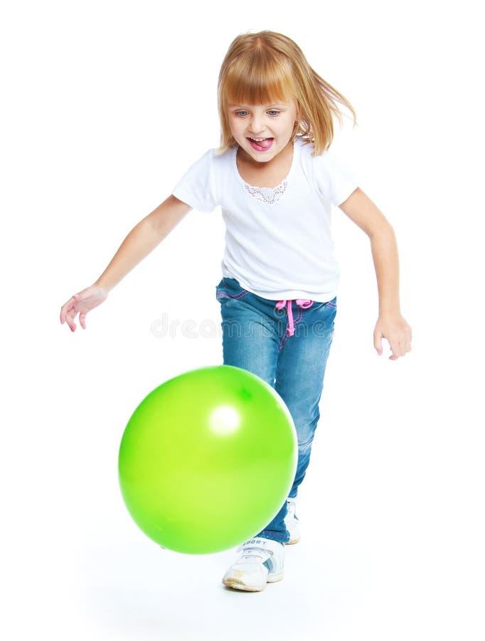 Маленькая девочка бежать после шарика стоковые фотографии rf