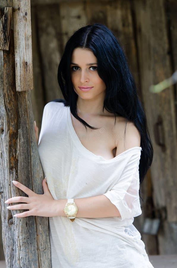Маленькая девочка брюнет в белых рубашке и демикотоне стоковые фотографии rf