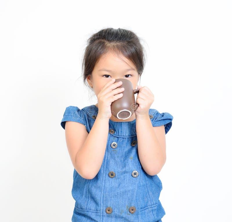 Маленькая девочка выпивая горячее питье стоковые изображения