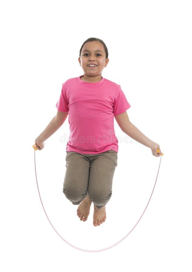 Маленькая девочка выполняя прыгать веревочки стоковое фото