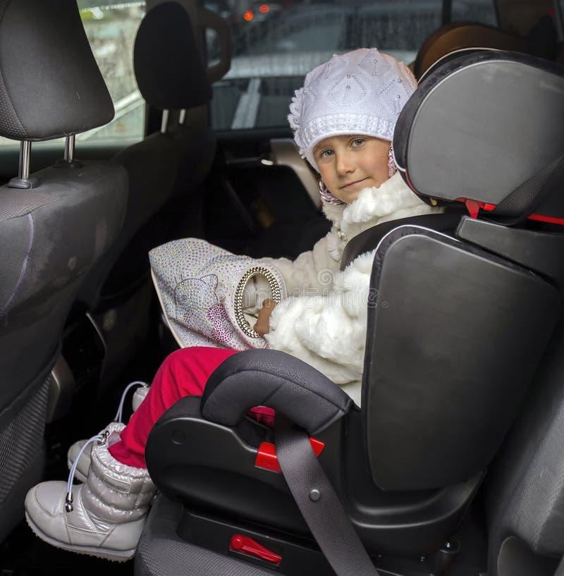 Маленькая девочка в автокреслах детей стоковые изображения rf