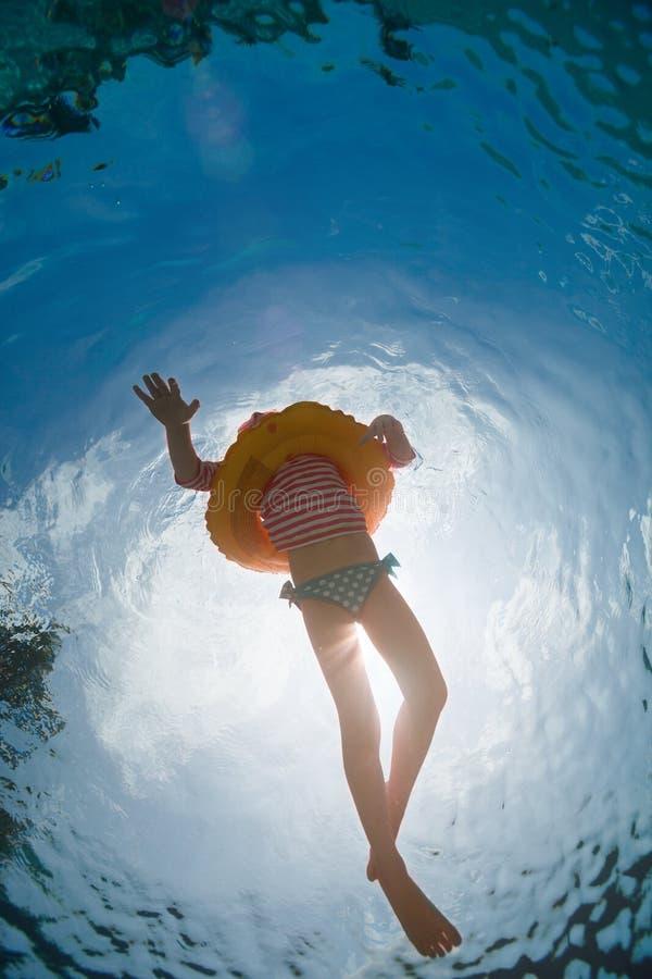 Маленькая девочка в бассейне стоковое фото