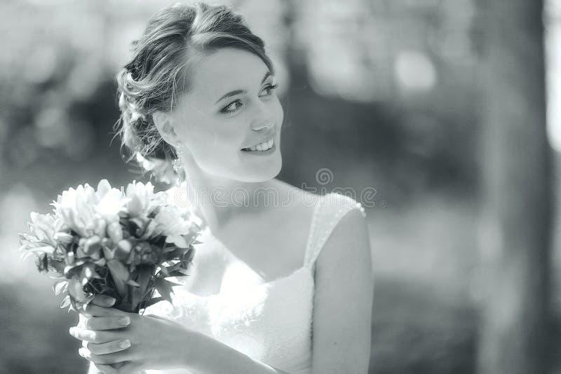 Маленькая девочка в белом платье стоковые фотографии rf