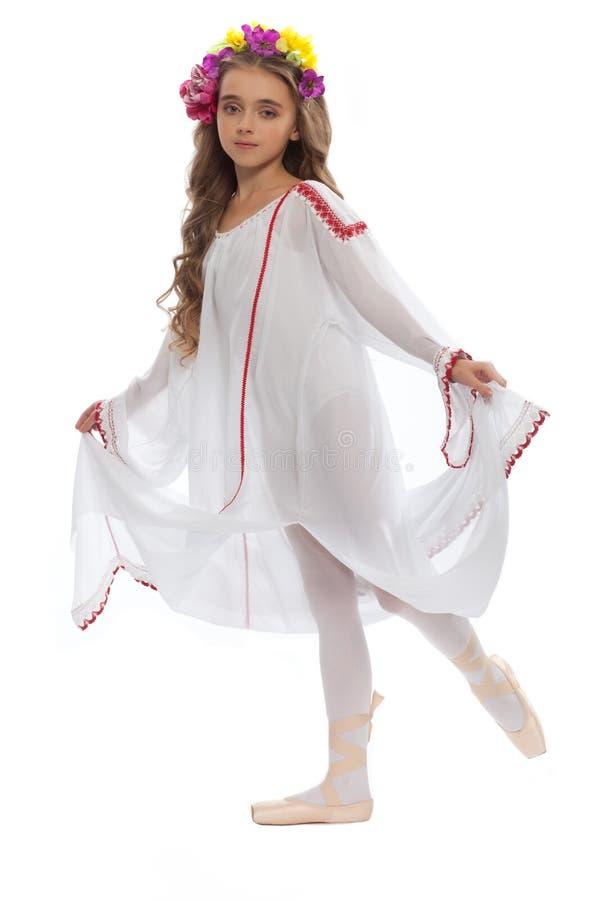 Маленькая девочка в ботинках балета и длиной белом платье стоковое фото rf