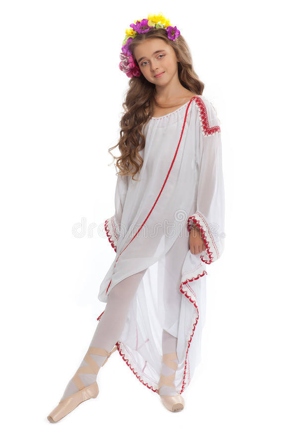 Маленькая девочка в ботинках балета и длиной белом платье стоковое изображение
