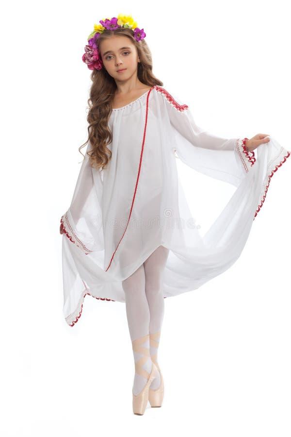 Маленькая девочка в ботинках балета и длиной белом платье стоковая фотография rf